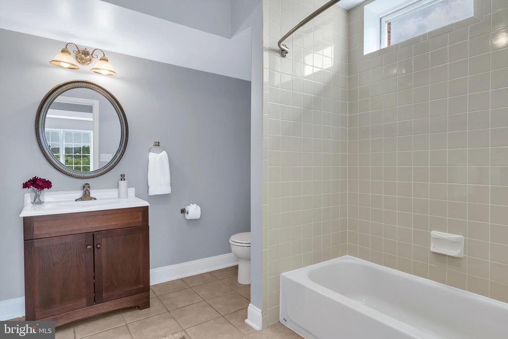 Lower Level Full Bathroom - 18131 PERTHSHIRE CT, LEESBURG