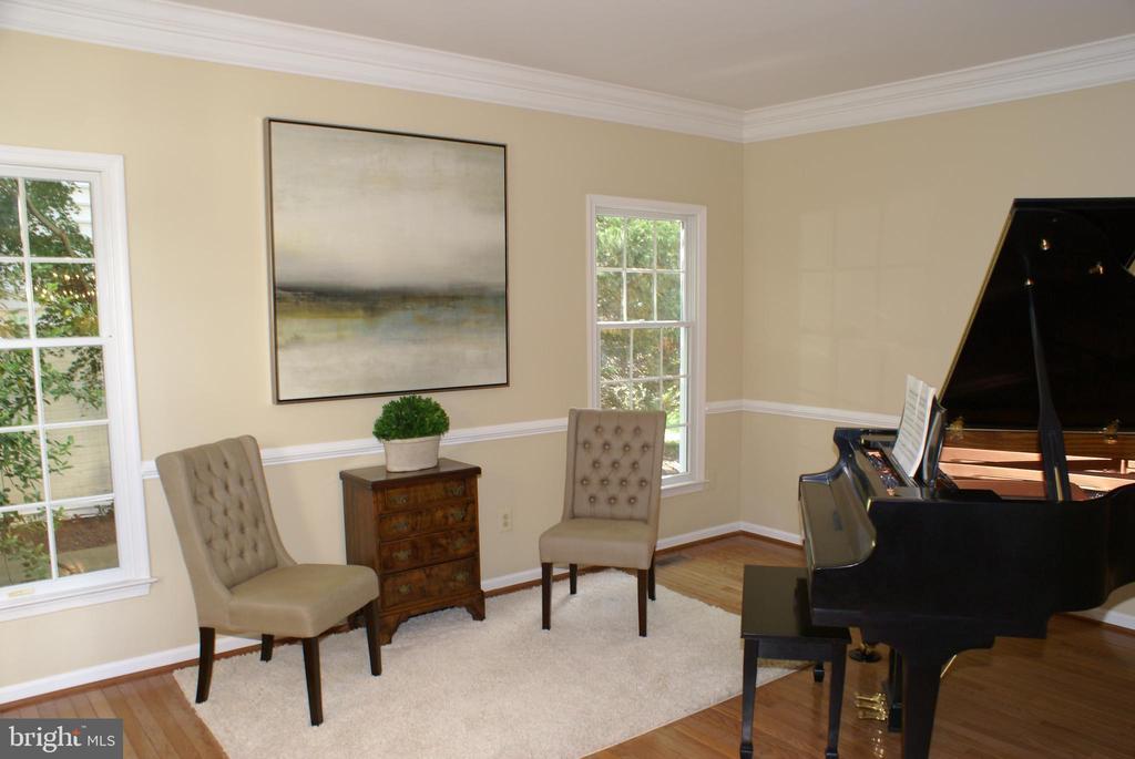 Living room with hardwoods - 12809 SHADOW OAK LN, FAIRFAX