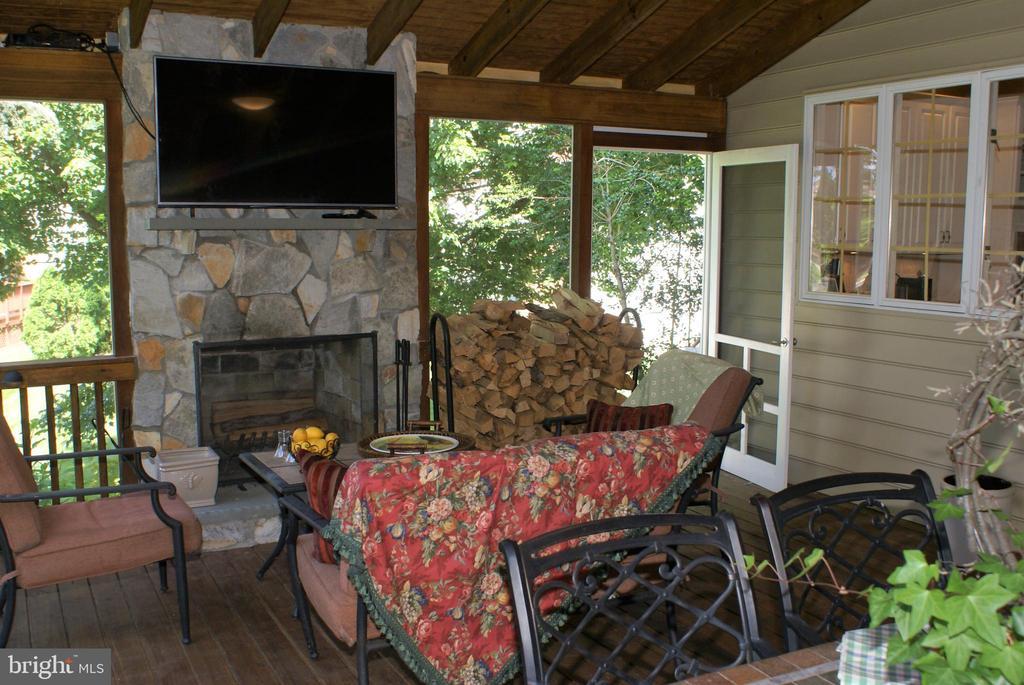 Screen porch off kitchen - 12809 SHADOW OAK LN, FAIRFAX