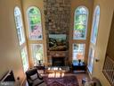 Family room with vaulted ceiling - 12809 SHADOW OAK LN, FAIRFAX