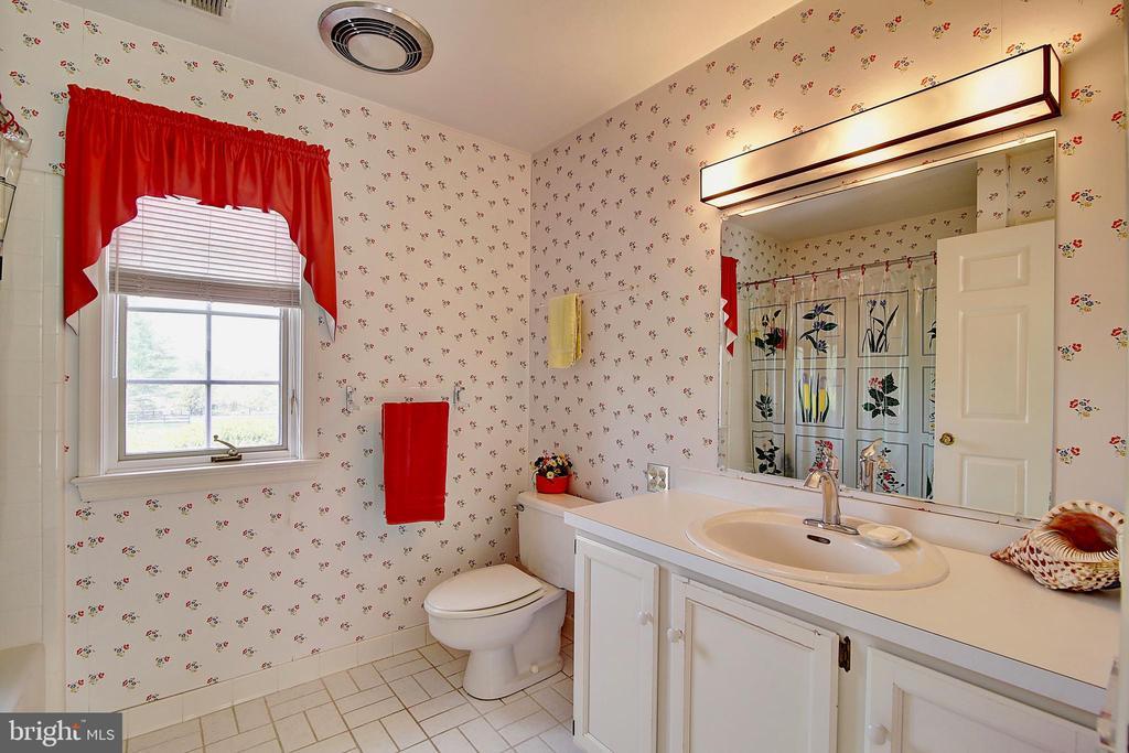 Bathroom. - 23118 PANTHERSKIN LN, MIDDLEBURG