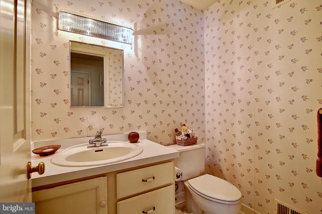 Half bath. - 23118 PANTHERSKIN LN, MIDDLEBURG