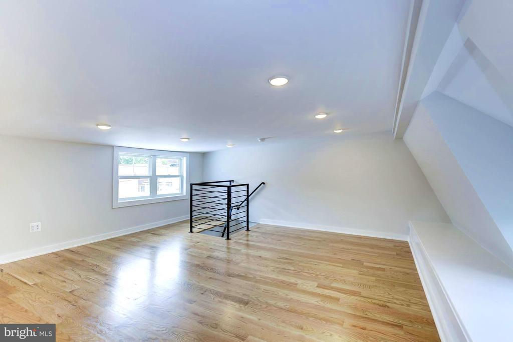 3rd level loft w/  great windows on South exposure - 3624 NORTON PL NW, WASHINGTON