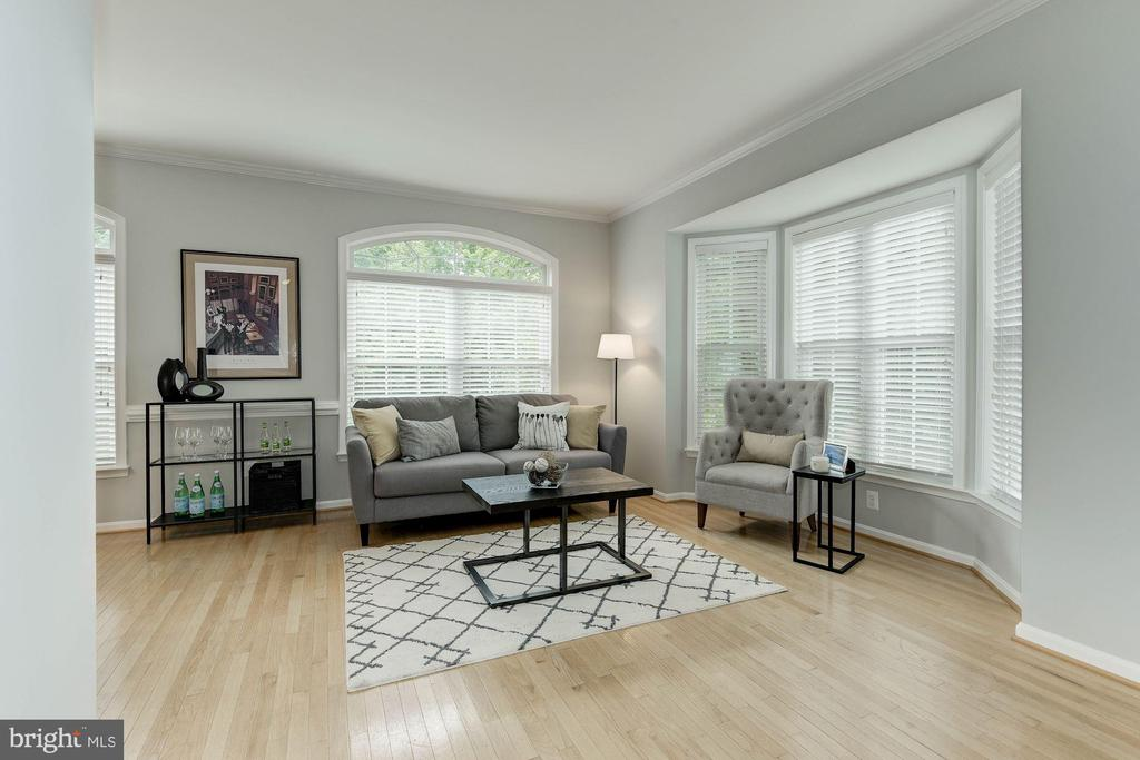 Photo of Previously staged Living Room - 47831 SCOTSBOROUGH SQ, STERLING