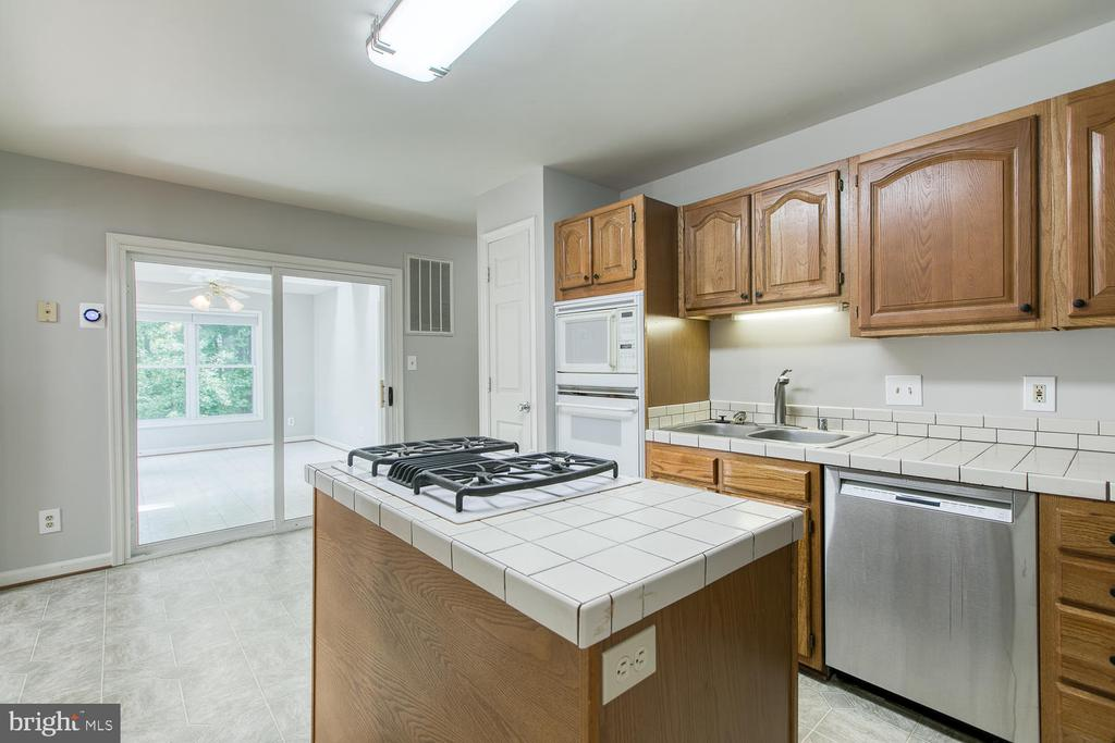 Island with Gas Cooktop - 6814 ORCHID LN, FREDERICKSBURG