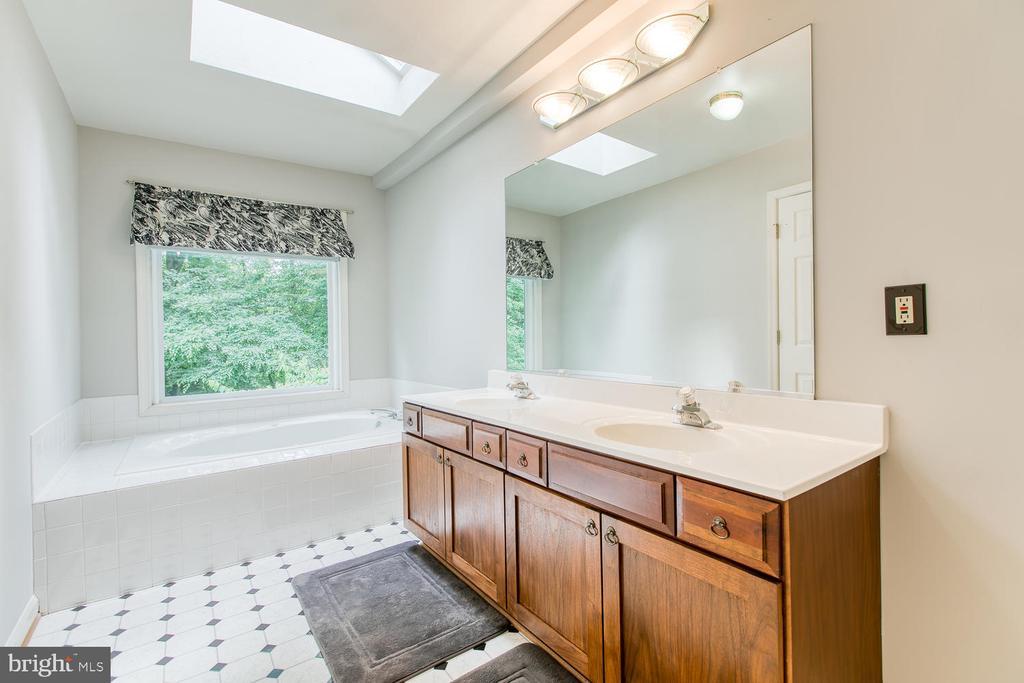 Luxury Master Bath w/ Jetted Tub - 6814 ORCHID LN, FREDERICKSBURG