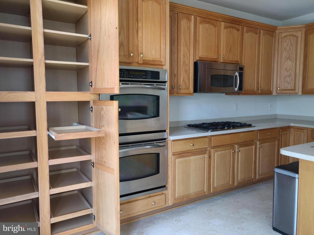 Custom Roll-out Pantry - 5690 FAIRCLOTH CT, CENTREVILLE