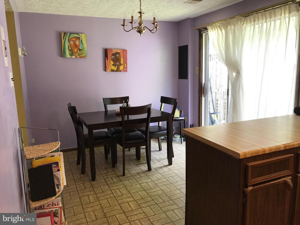 Dining Area (large sliding glass door to backyard) - 8173 WILLOWDALE CT, SPRINGFIELD