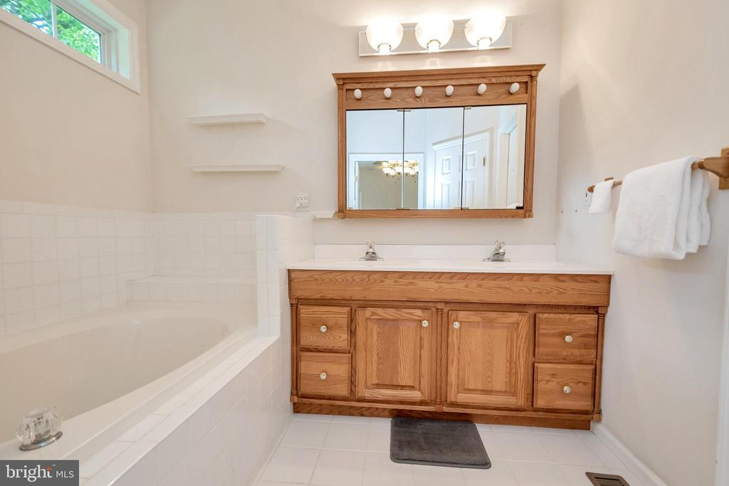 Double vanities - 1400 LAKEVIEW PKWY, LOCUST GROVE