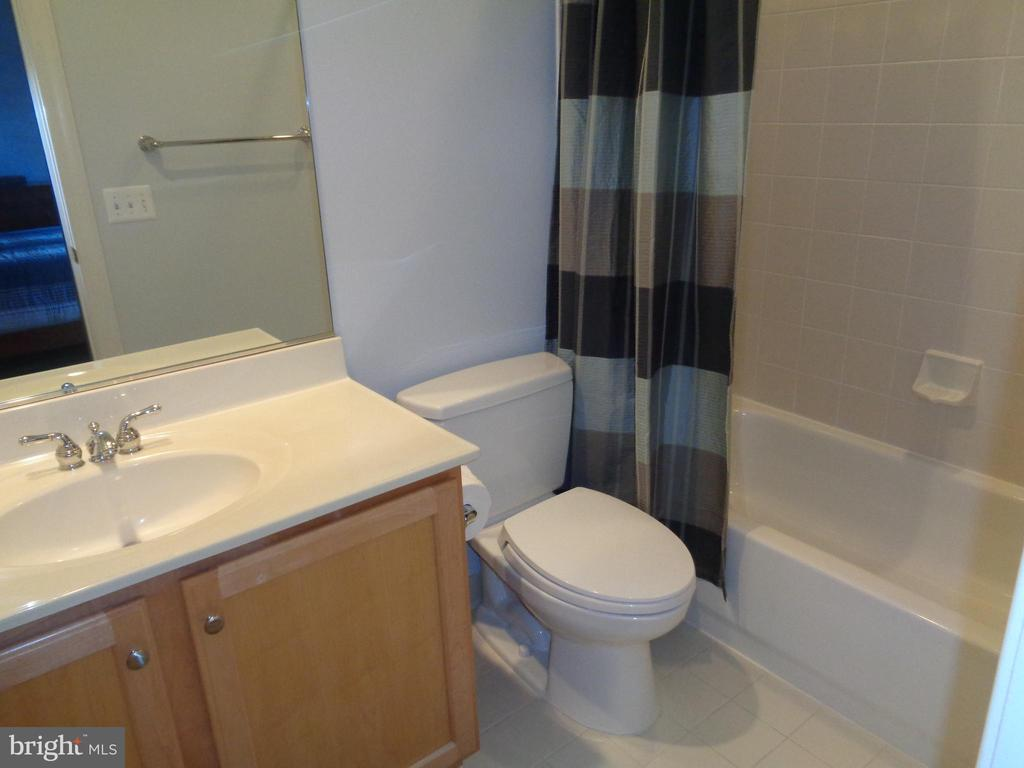 Private Guest Bath for BR 2 - 4524 MOSSER MILL CT, WOODBRIDGE