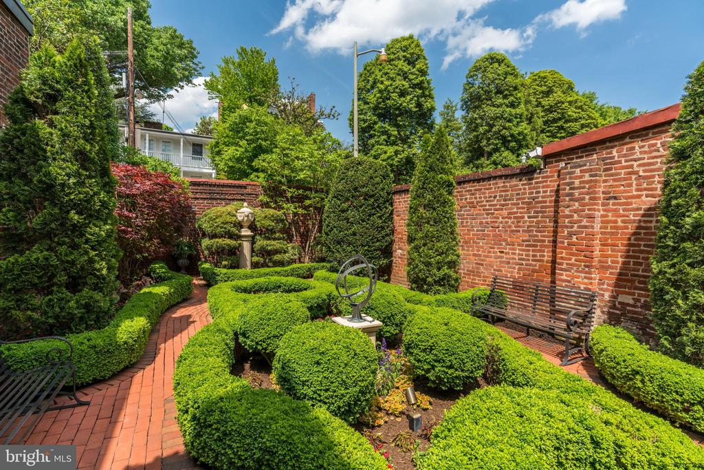 Exceptional view of the garden. - 3327 N ST NW, WASHINGTON