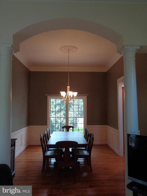 Elegant Dining Room with Architectural Detail - 4524 MOSSER MILL CT, WOODBRIDGE
