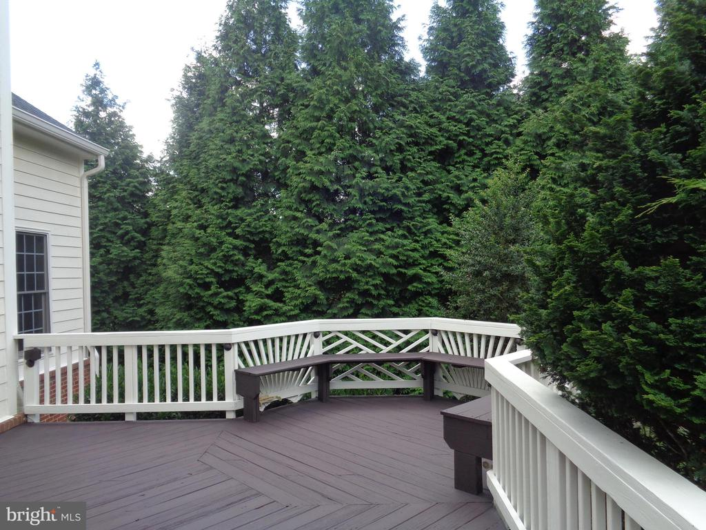 Entertainment Deck with built-in Bench - 4524 MOSSER MILL CT, WOODBRIDGE