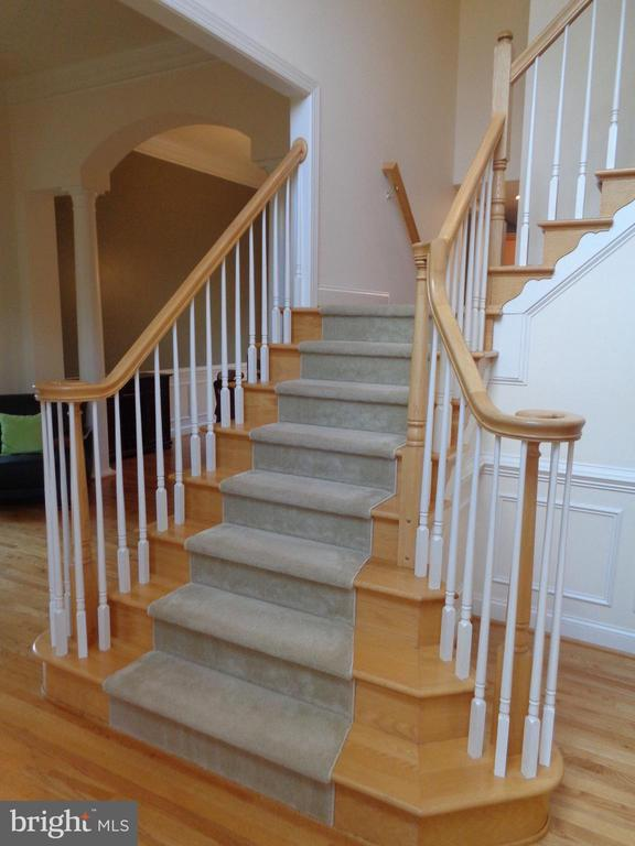 2 story foyer with elegant staircase - 4524 MOSSER MILL CT, WOODBRIDGE