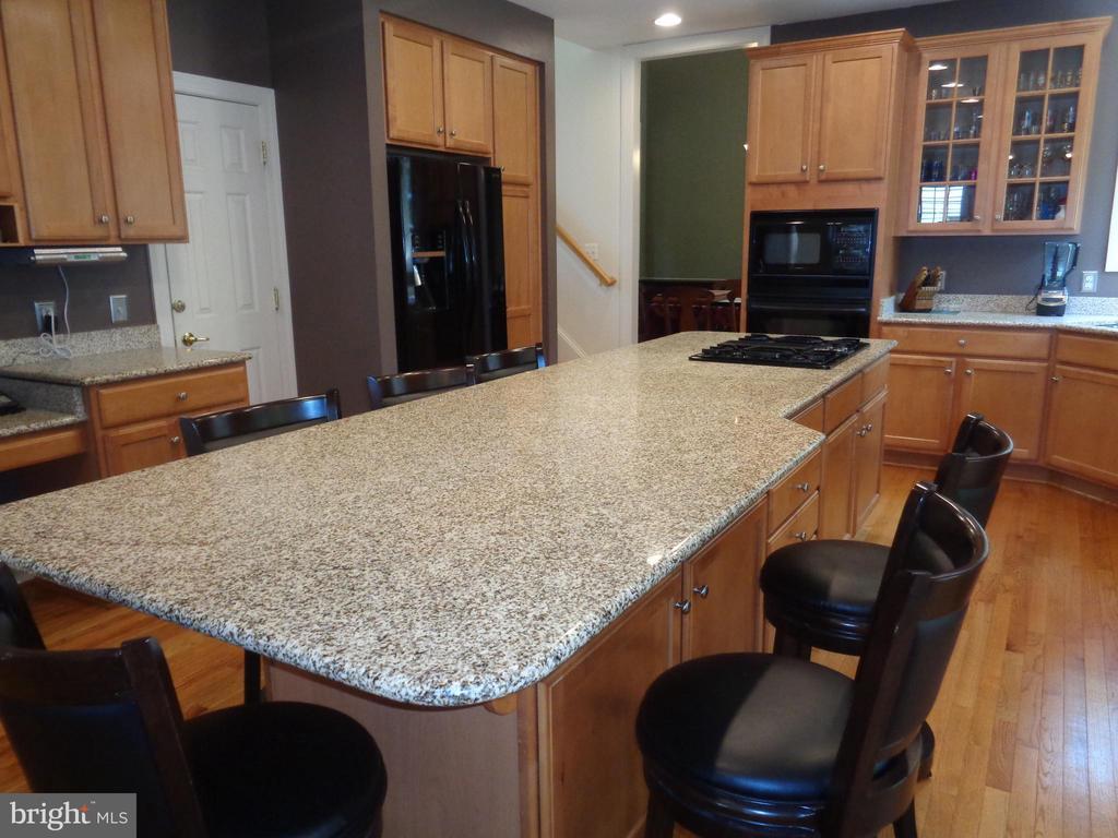 Kitchen has gleaming designer granite - 4524 MOSSER MILL CT, WOODBRIDGE