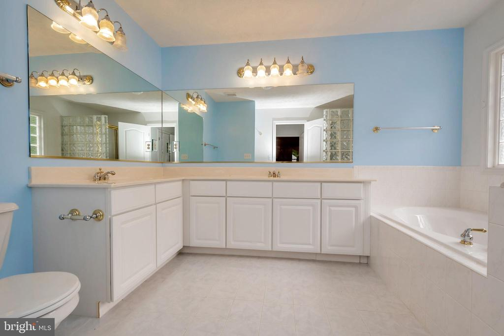 Elegant and spacious Master Bath with soaking tub - 118 JEFFERSON AVE, LOCUST GROVE