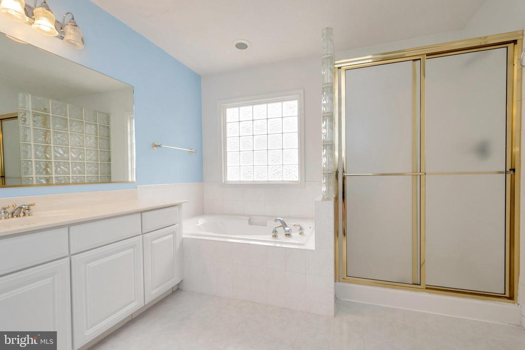 Master bath with tub and separate shower - 118 JEFFERSON AVE, LOCUST GROVE