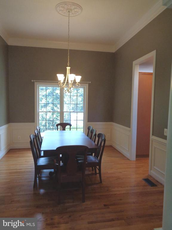 Dining Room with Crown Moulding and Trim Package - 4524 MOSSER MILL CT, WOODBRIDGE