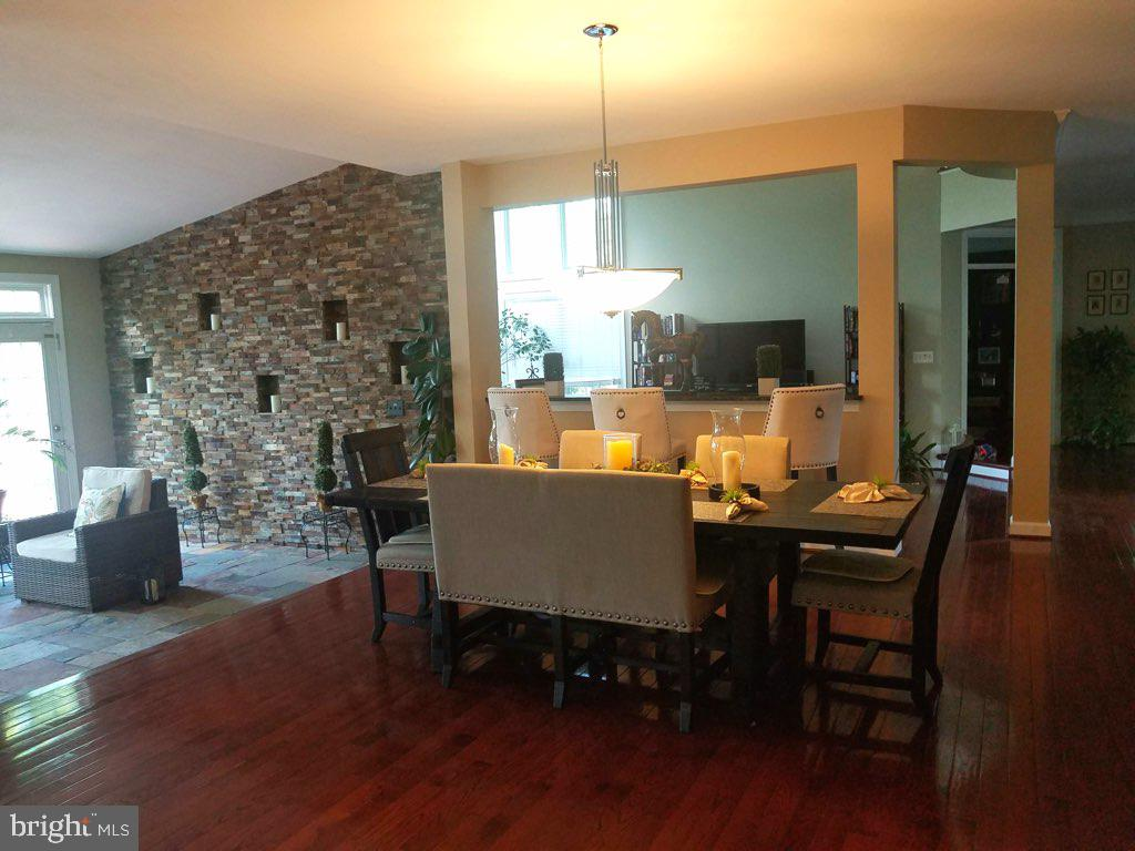 Kitchen/sunroom with beautiful stone accent wall - 40674 JADE CT, LEESBURG