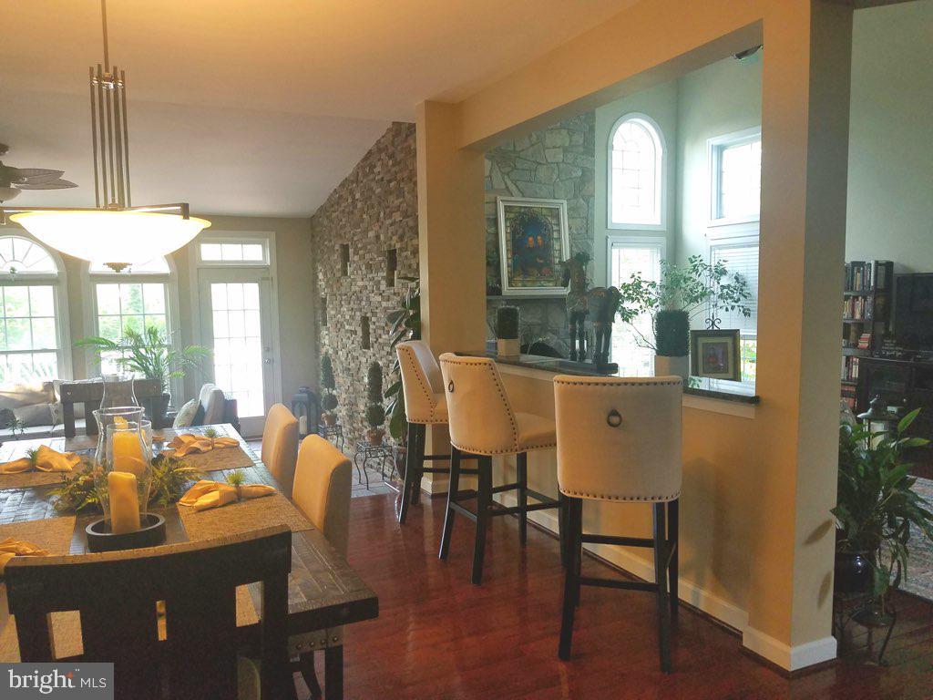 Kitchen overlooking sunroom - 40674 JADE CT, LEESBURG
