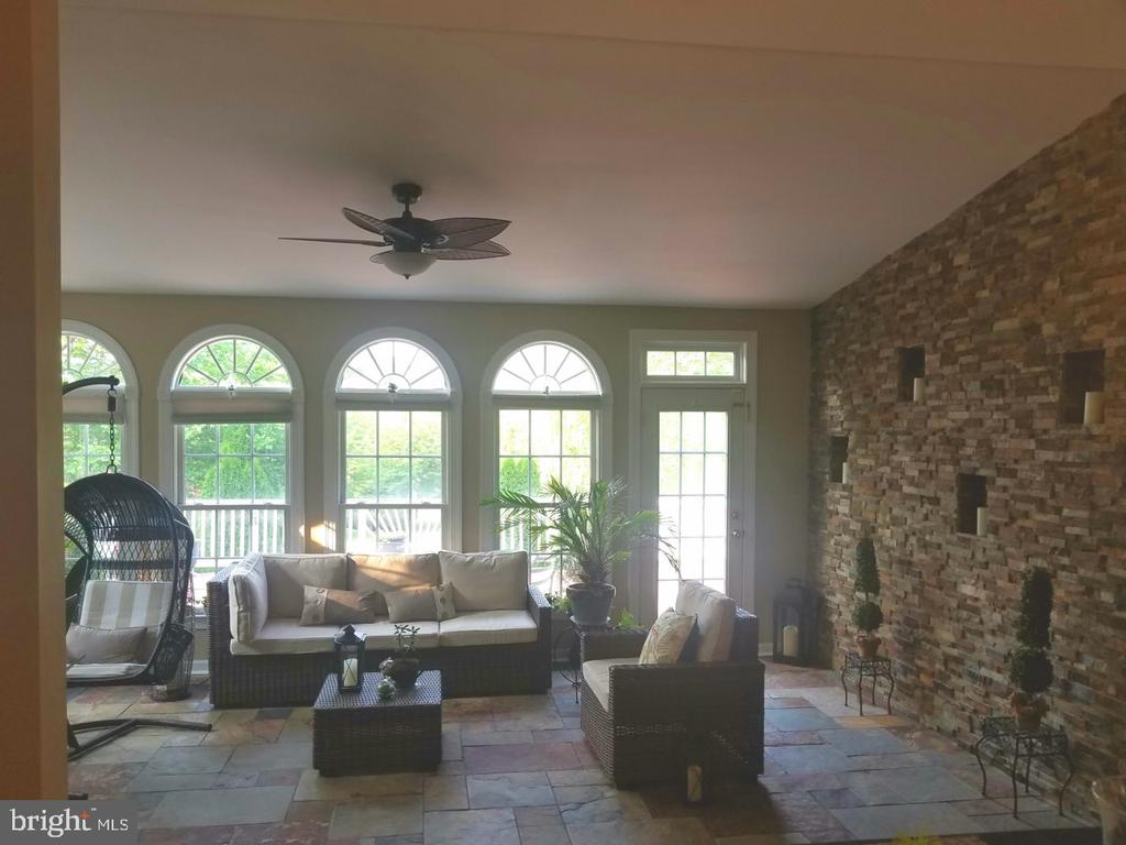 Sunroom with stone accent wall - 40674 JADE CT, LEESBURG