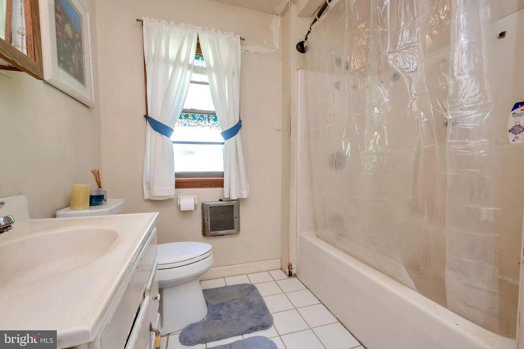 full upstairs bath - 1043 S LAKESHORE DR, LOUISA