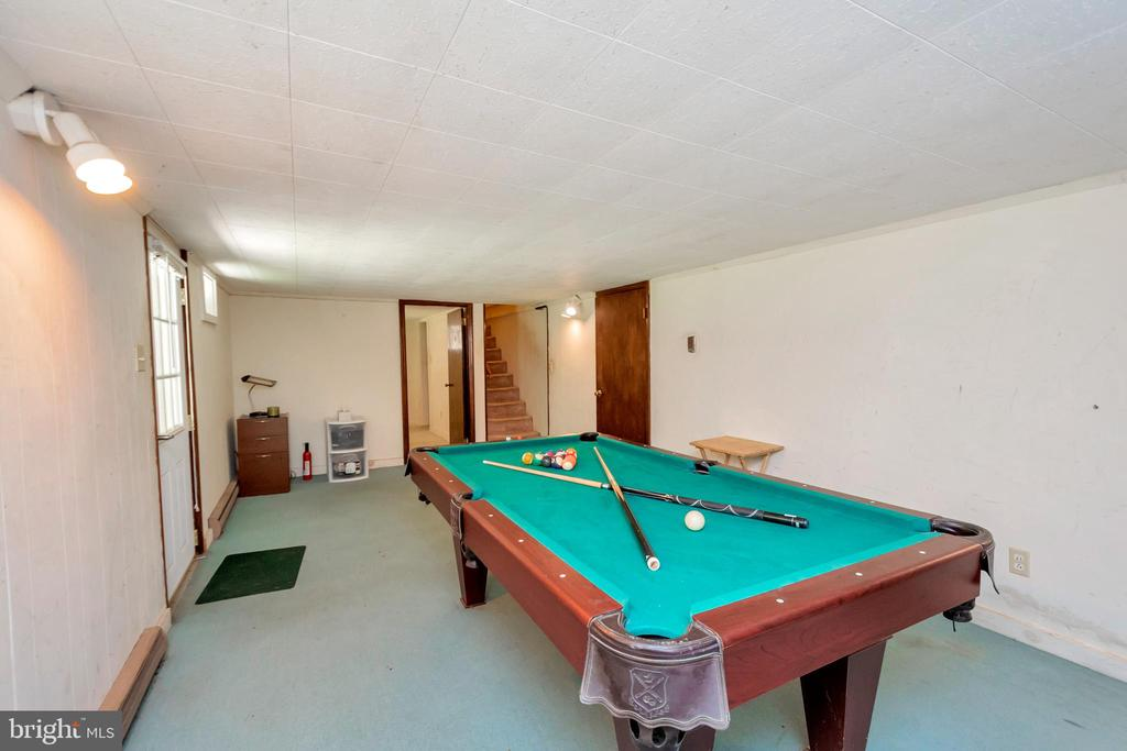 pool table conveys - 1043 S LAKESHORE DR, LOUISA