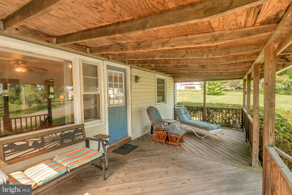 Front Covered Porch - 1043 S LAKESHORE DR, LOUISA