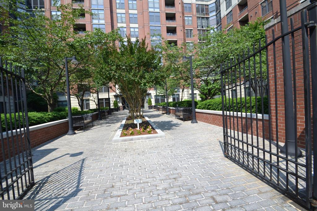 Rear Courtyard and Entry - 1021 N GARFIELD ST #117, ARLINGTON