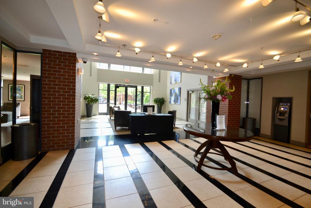 Inviting Lobby - 1021 N GARFIELD ST #117, ARLINGTON