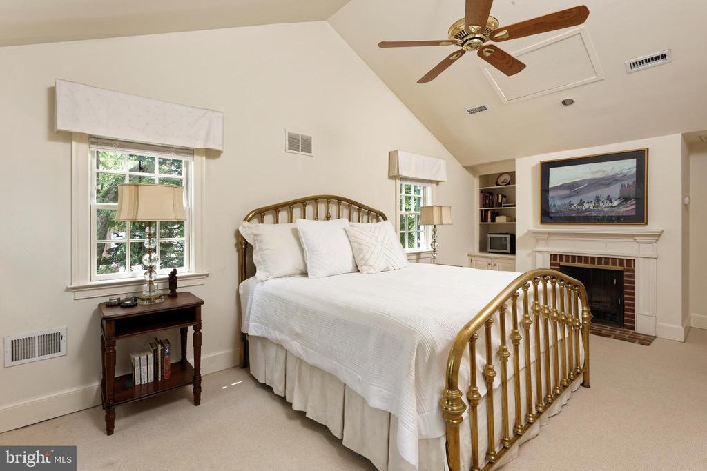 A gracious master suite with vaulted ceilings - 639 S SAINT ASAPH ST, ALEXANDRIA