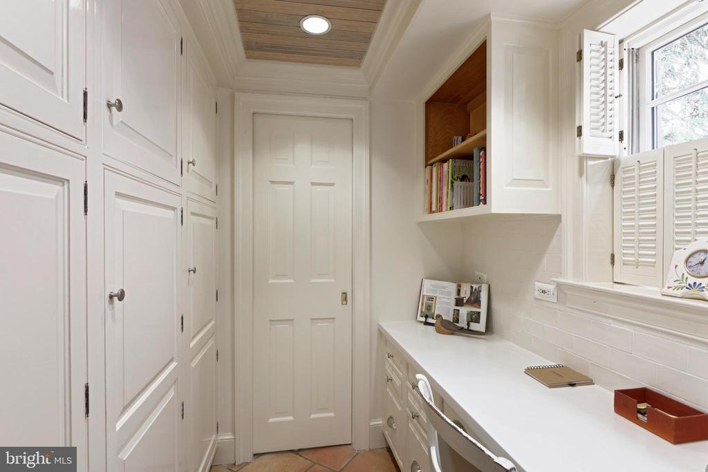 Ample storage and a built-in desk in the kitchen - 639 S SAINT ASAPH ST, ALEXANDRIA