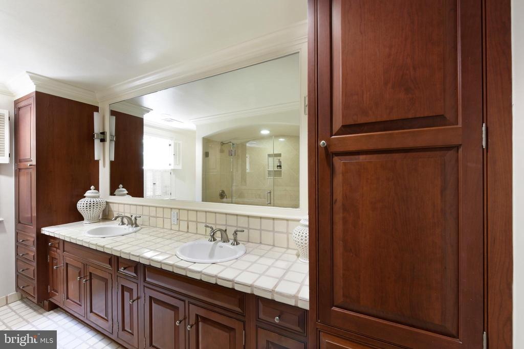A renovated master bath  with double sink vanity - 639 S SAINT ASAPH ST, ALEXANDRIA