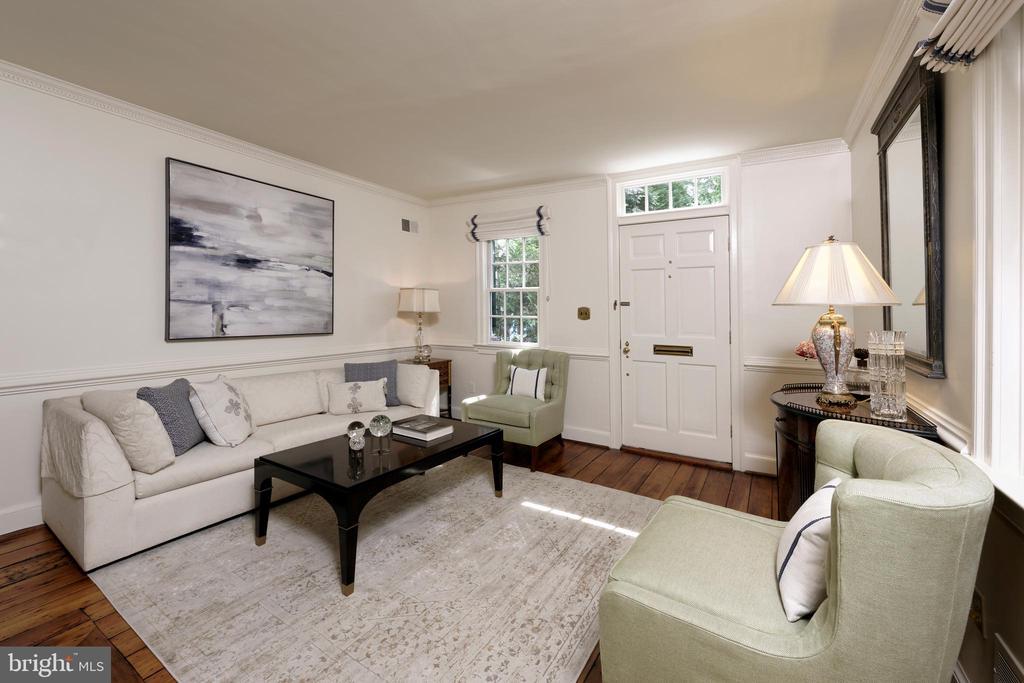 The LR features original heart of pine floors - 639 S SAINT ASAPH ST, ALEXANDRIA