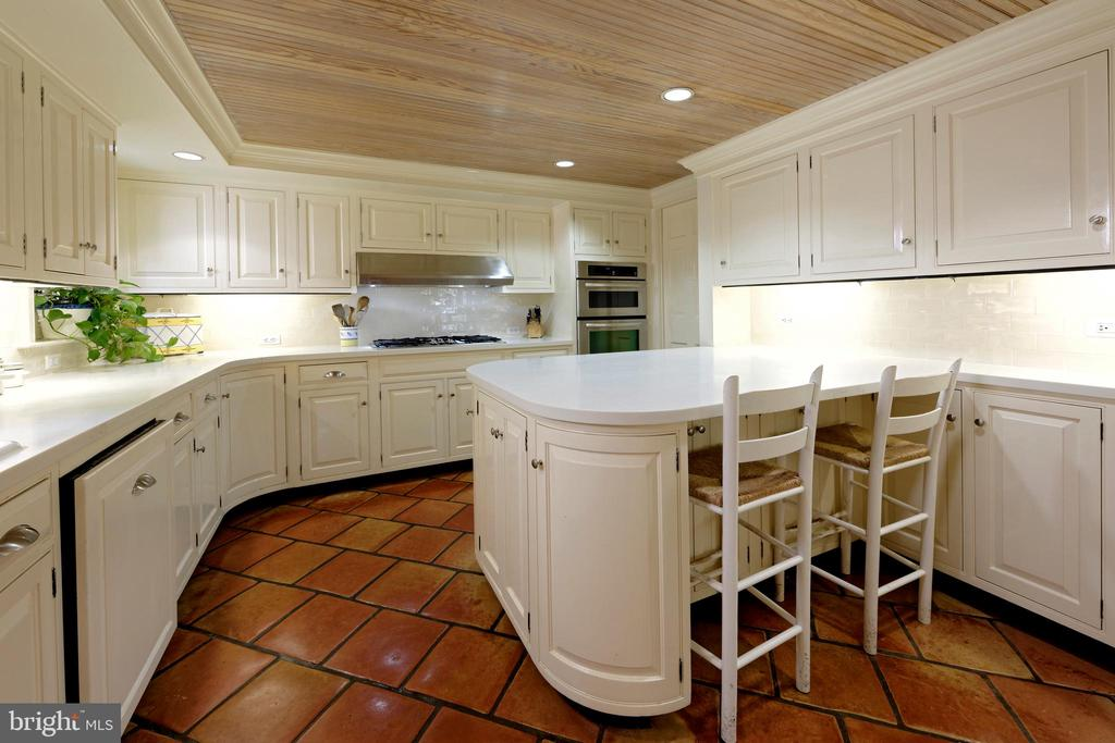 A kitchen fit for a chef with peninsula seating - 639 S SAINT ASAPH ST, ALEXANDRIA