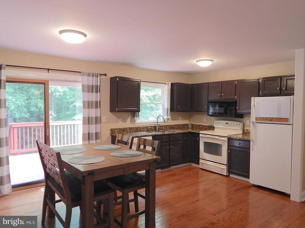 Big kitchen w/wood floors, granite, updated paint - 340 ALBANY ST, FREDERICKSBURG