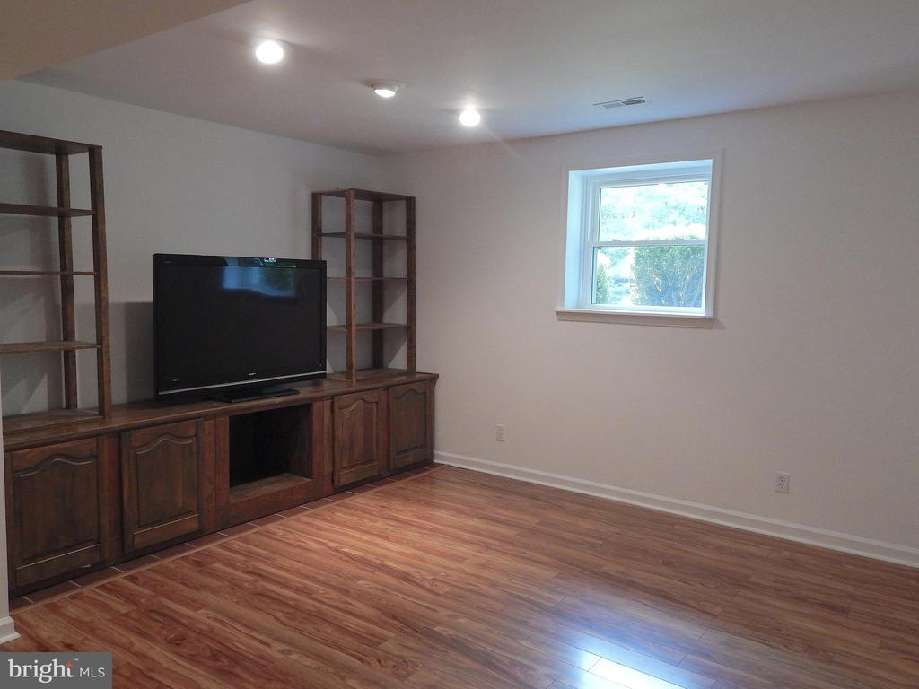 Family rm  w/updated paint, laminate floor - 340 ALBANY ST, FREDERICKSBURG