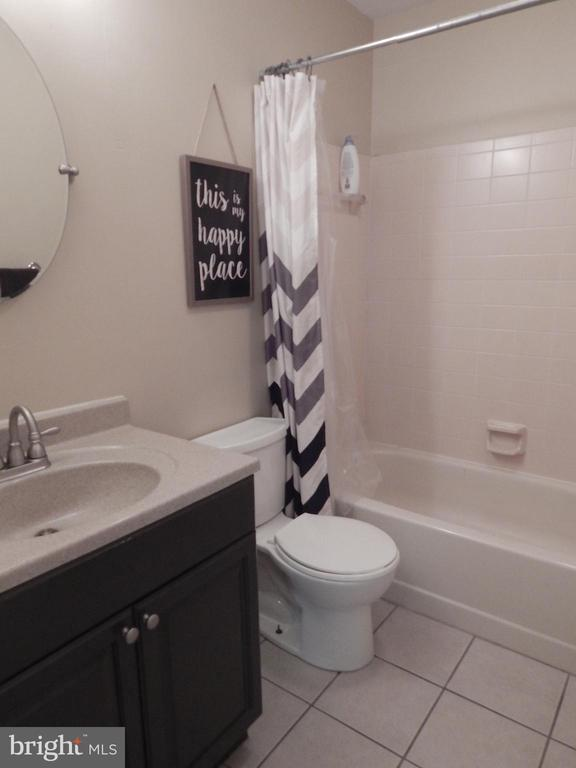 Bath #1 w/tile, updated vanity and paint - 340 ALBANY ST, FREDERICKSBURG