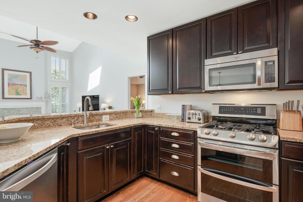 Granite countertops, new stove - 43365 WAYSIDE CIR, ASHBURN
