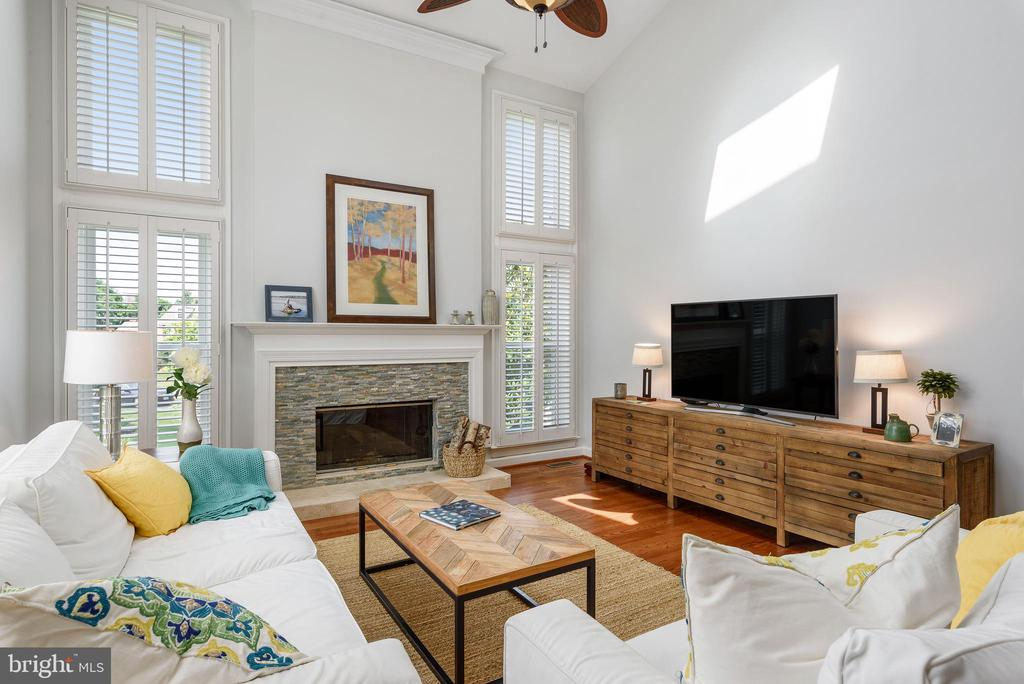 Skylights in family room bring in natural lighting - 43365 WAYSIDE CIR, ASHBURN