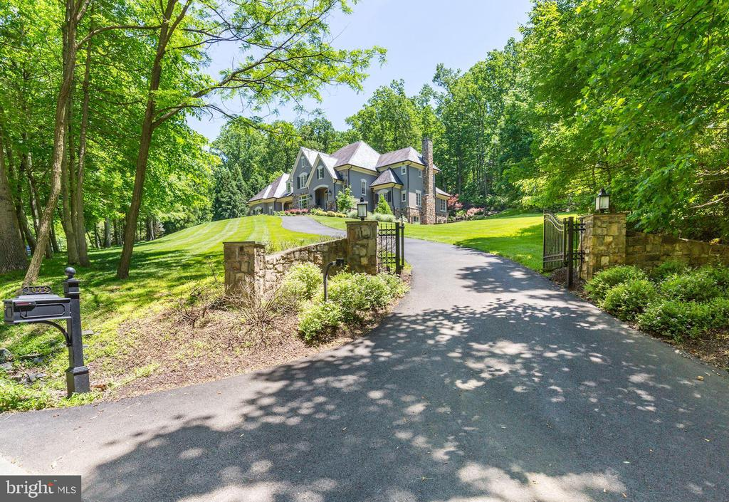 Very Private and Tranquil Location - 1049 BROOK VALLEY LN, MCLEAN