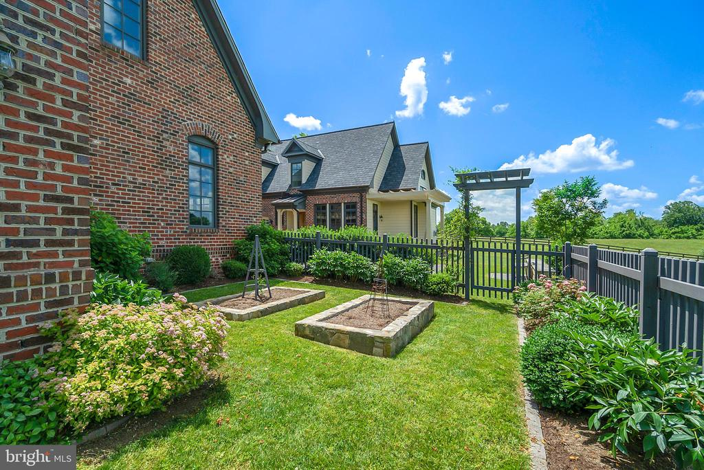 Gardens off the screened porch - 21051 ST LOUIS RD, MIDDLEBURG