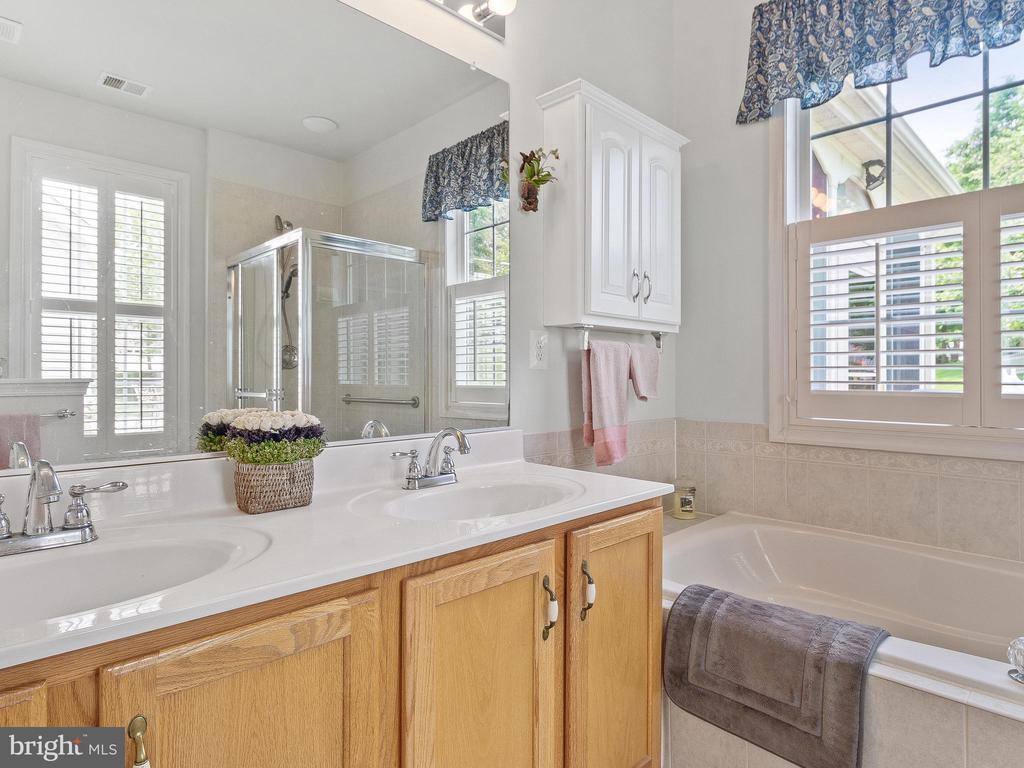 Master Bath with Double Sinks - 6752 ARTHUR HILLS DR, GAINESVILLE