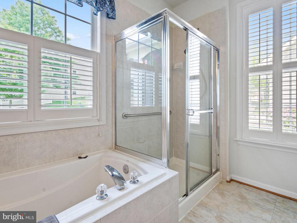 Master Bath with Tub & Shower - 6752 ARTHUR HILLS DR, GAINESVILLE