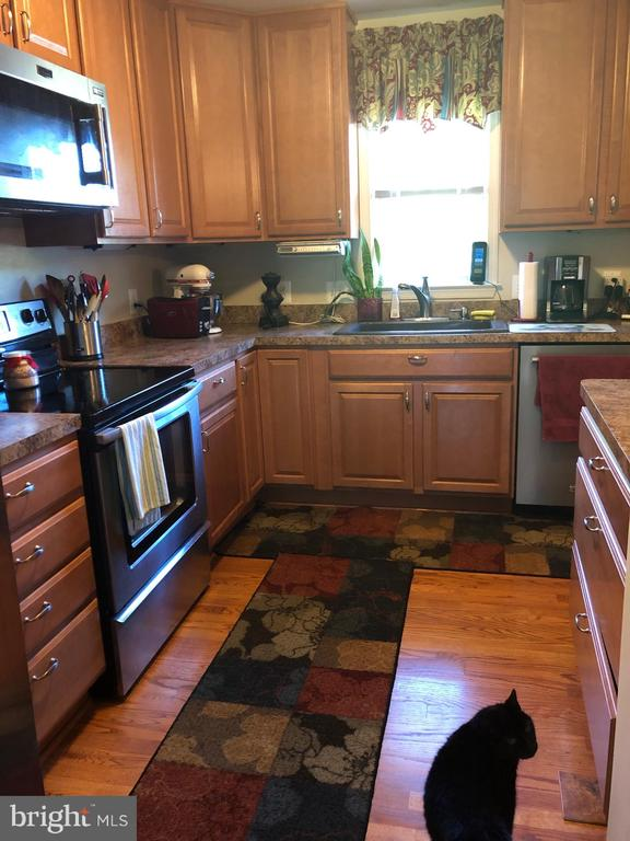 Kitchen with wood floors. - 15020 ROLLING RIDGE RD, HAYMARKET