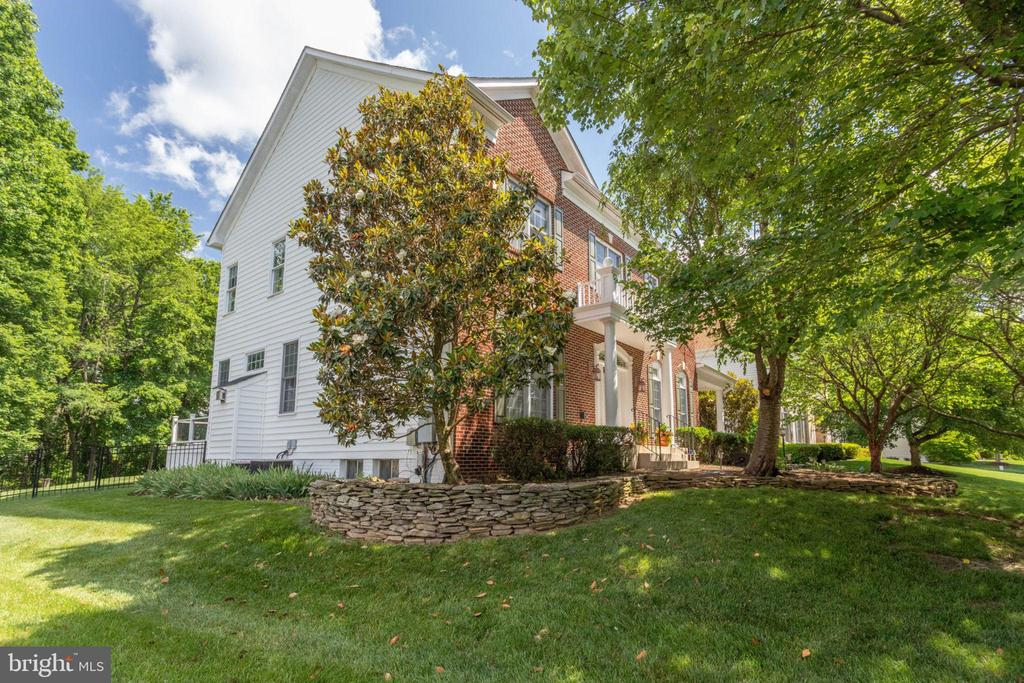 Professionally landscaped yard - 13890 LEWIS MILL WAY, CHANTILLY