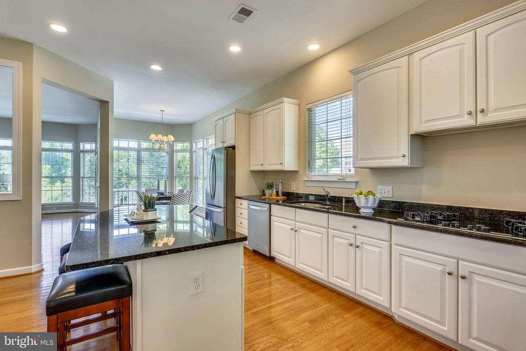 Kitchen opens to breakfast room and FR - 206 ROSE PETAL WAY, ROCKVILLE