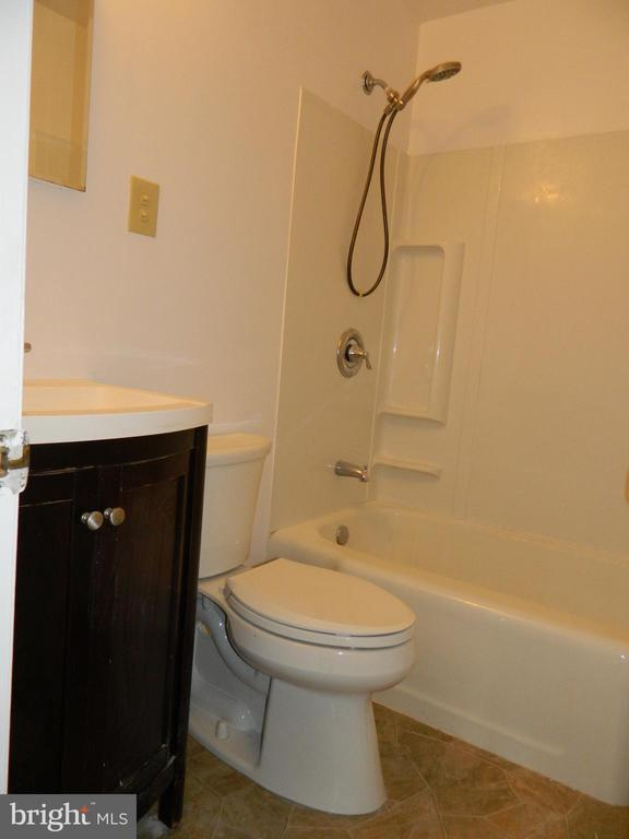 Main Bathroom - 117 POLK AVE, FRONT ROYAL