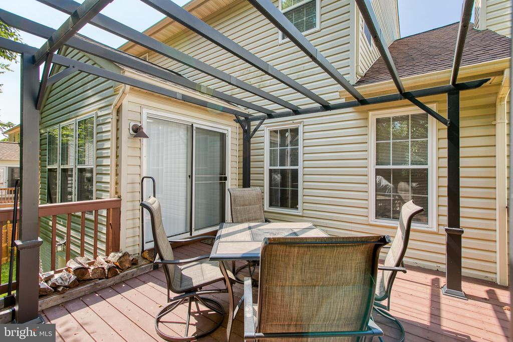 Large deck for entertaining - 9 SARRINGTON CT, STAFFORD