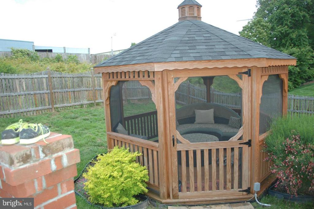 Amish Built  Screened in Gazebo - 17608 OVERLOOK RD, DUMFRIES
